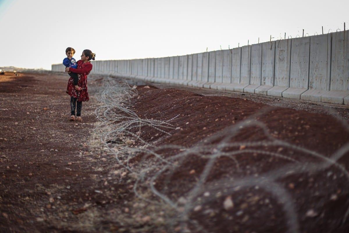 Sírios deslocados são vistos perto de suas tendas improvisadas na aldeia Atme de Idlib, na Síria, em 16 de outubro de 2020. [Muhammed Said/Agência Anadolu]