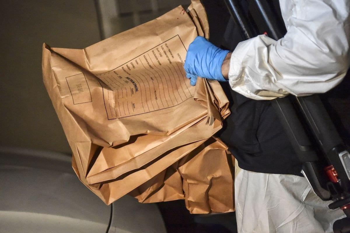 Um policial forense turco carrega pacotes de evidências enquanto deixa o Consulado da Arábia Saudita, em 18 de outubro de 2018, em Istambul. [Ozan Kose/AFP via Getty Images]