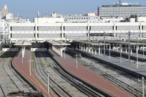 Uma estação ferroviária na capital tunisina vazia em 17 de janeiro de 2019. [FETHI BELAID/AFP via Getty Images].