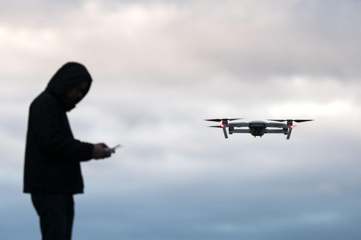Um drone de câmera recreativo sendo pilotado por um operador de drone (controlado por uma pessoa) em 18 de janeiro de 2019. [Matthew Horwood/Getty Images]