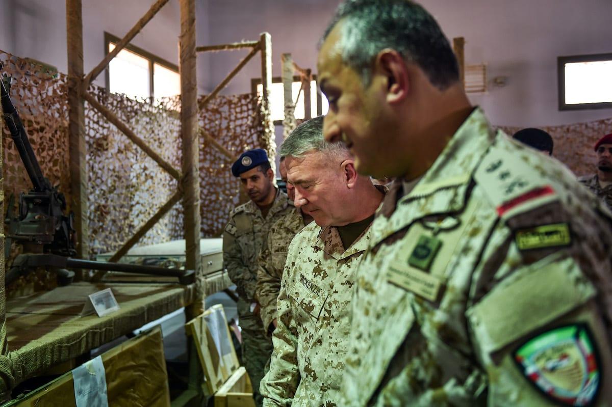 Da frente para o fundo, o tenente-general Fahd bin Turki bin Abdulaziz al-Saud), comandante das forças de coalizão lideradas pela Arábia Saudita no Iêmen, o comandante do Comando Central dos EUA (Centcom), McKenzie Jr, e o general do Corpo de Fuzileiros Navais dos EUA, Kenneth F , observam armas supostamente iranianas apreendidas pelas forças sauditas dos rebeldes houthis do Iêmen, durante visita a uma base militar em al-Kharj, no centro da Arábia Saudita, em 18 de julho de 2019. [Fayez Nureldine/ AFP via Getty Images]