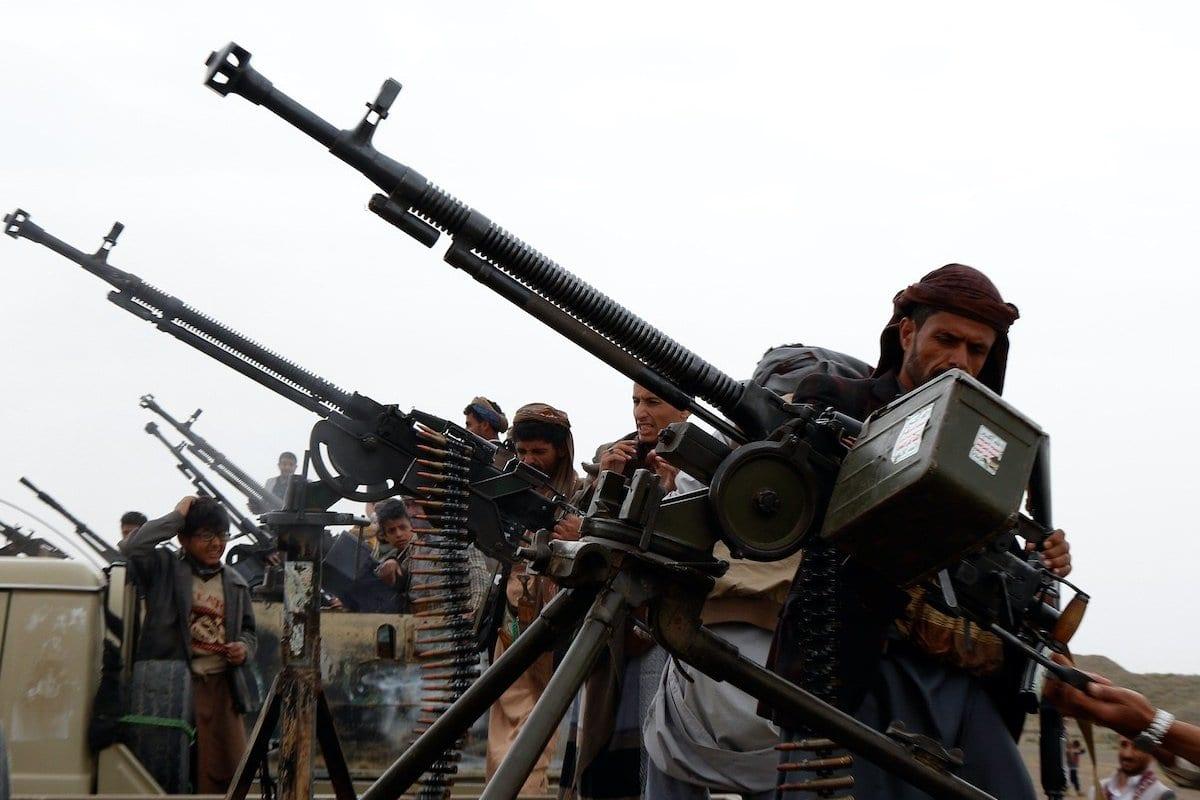 Combatentes houthis inspecionam armas instaladas em caminhonetes militares durante uma reunião tribal em Sanaa, Iêmen, 1° de agosto de 2019 [Mohammed Hamoud/Getty Images]