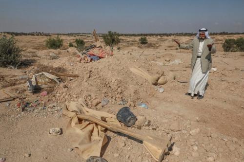Sheikh Sayiah al-Turi, um beduíno chefe de uma vila não autorizada no Negev, gesticula na vila de Al-Araqeeb perto da cidade israelense de Beersheva, em 17 de setembro de 2019. [Hazem Bader/AFP via Getty Images]