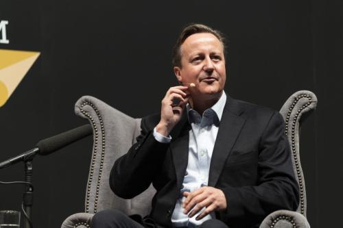 David Cameron, ex-primeiro-ministro do Reino Unido, discute suas novas memórias, ' For the Record 'no Cheltenham Literature Festival 2019 em 5 de outubro de 2019 [David Levenson / Getty Images]