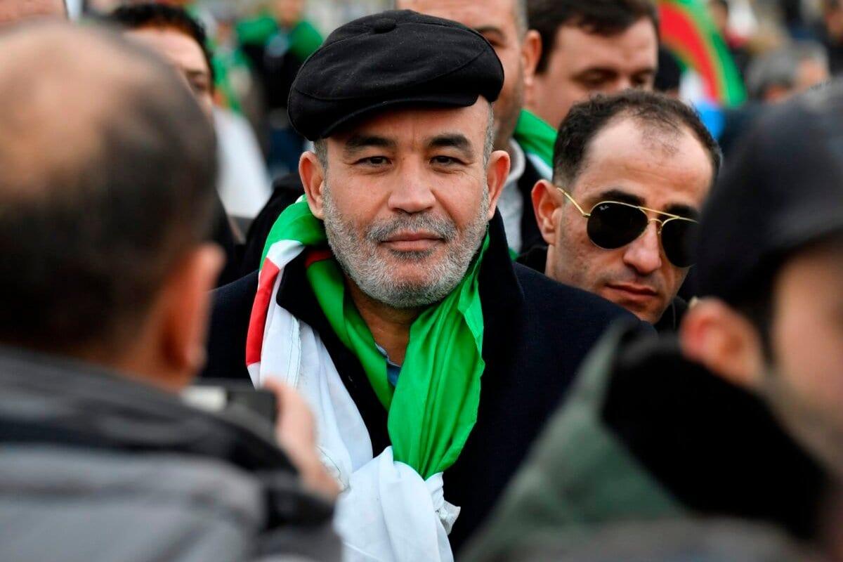 Oponente argelino do governo argelino, Mohamed Larbi Zitout participa de uma manifestação durante a Cúpula da Paz na Líbia na Chancelaria, em Berlim, em 19 de janeiro de 2020. [John MacDougall/AFP via Getty Images]