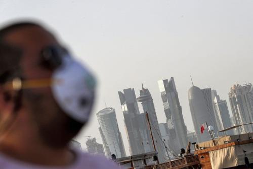 Um homem usando uma máscara como precaução contra a doença coronavírus em Doha, Catar, em 16 de março de 2020. [AFP/Getty Images]