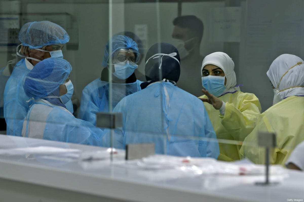 Equipe médica, tratando pacientes que sofrem da doença por coronavírus (COVID-19) em um hospital na capital libanesa, Beirute, em 7 de abril de 2020 [Joseph Eid/ AFP / Getty Images]