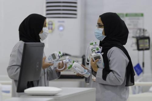 Profissionais de saúde do Bahrein em um hospital de Unidade de Terapia Intensiva (UTI) para pacientes com covid-19, em 4 de maio de 2020. [Mazen Mahdi/AFP/Getty Images]