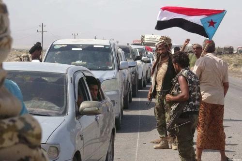 Combatentes do grupo separatista iemenita Conselho de Transição do Sul (CTS) reabrem estrada na província de Abyan, sul do Iêmen, após ser instituído um cessar-fogo de três horas com as tropas do governo, em 18 de maio de 2020 [Nabil Hasan/AFP via Getty Images]