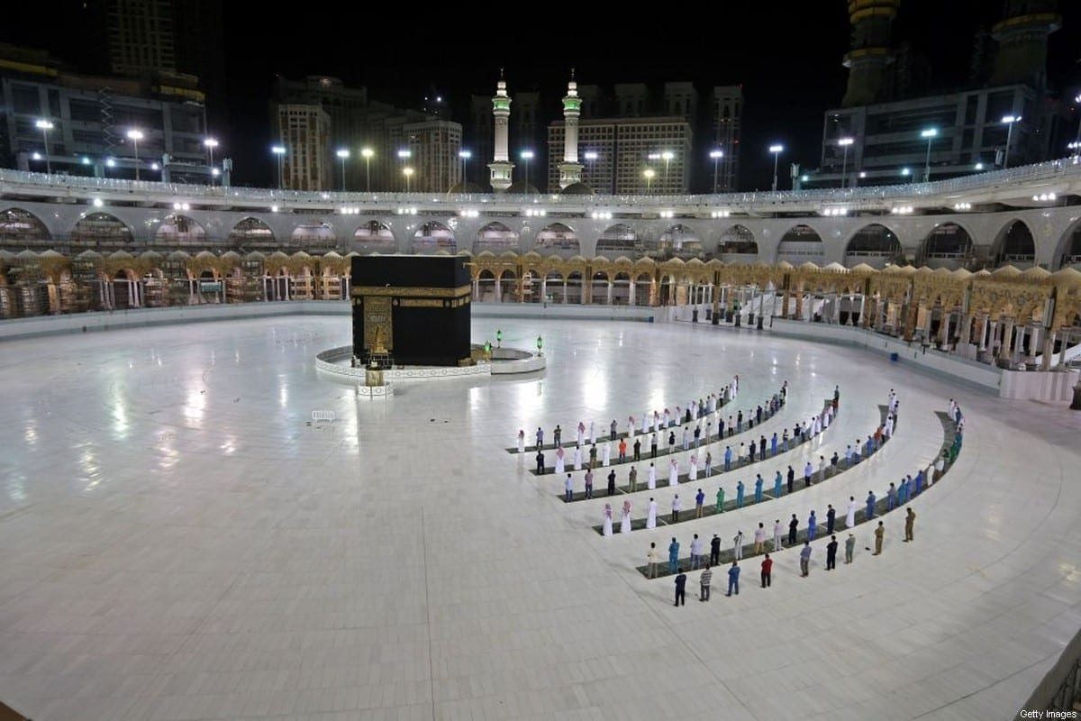 Poucos fiéis autorizados para a oração de al-Fajr na Caaba. O santuário mais sagrado do Islã, no complexo da Grande Mesquita na cidade sagrada de Meca, na Arábia Saudita, em 23 de junho de 2020 [STR / AFP via Getty Images]