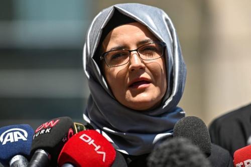 Hatice Cengiz, noiva do jornalista Jamal Khashoggi, fala à imprensa ao sair do tribunal de Istambul em 3 de julho de 2020 [Ozan Kose/ AFP via Getty Images]