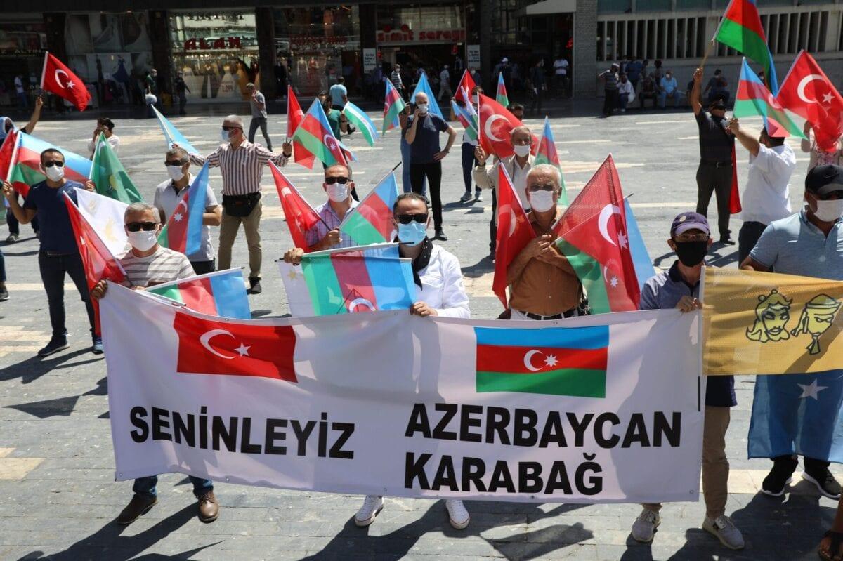 Ativistas seguram bandeiras da Turquia e do Azerbaijão enquanto se reúnem em Ancara, em 8 de agosto de 2020 [ADEM ALTAN/AFP via Getty Images]