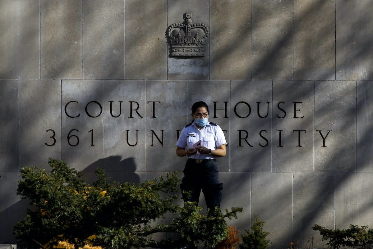Segurança monta guarda em frente à Corte Superior de Justiça em Toronto, Canadá, 10 de novembro de 2020 [Cole Burston/AFP via Getty Images]