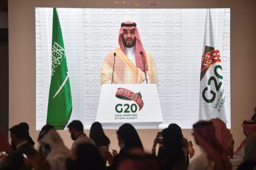 Representantes da mídia saudita e estrangeira ouvem o príncipe saudita, Mohammed bin Salman, discursar remotamente em uma entrevista coletiva no Media Center da cúpula do G20, na capital Riad, em 22 de novembro de 2020. [Fayez Nureldine/AFP via Getty Images]
