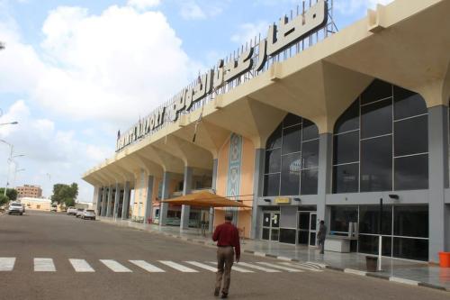 Um homem caminha até o prédio do aeroporto na cidade de Aden, no sul do Iêmen, em 3 de janeiro de 2021, conforme a atividade recomeça depois que explosões abalaram o prédio em 30 de dezembro, matando ou ferindo dezenas de pessoas. [Saleh Obaidi/AFP via Getty Images]
