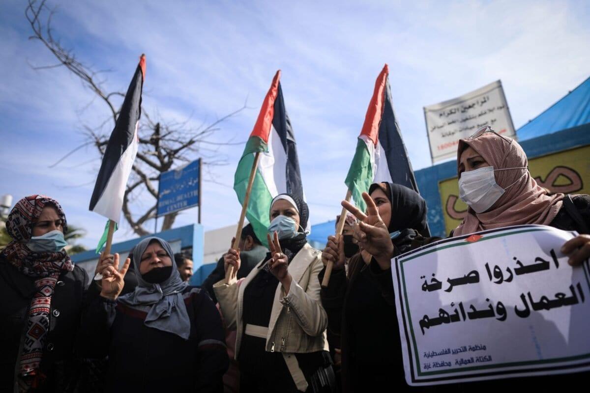 Palestinos protestam contra cortes ao socorro alimentar da Agência das Nações Unidas de Assistência aos Refugiados da Palestina (UNRWA), no campo de refugiados de al-Shati, Cidade de Gaza, 25 de janeiro de 2021 [Mahmud Hams/AFP via Getty Images]