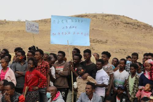 Refugiados etíopes se reúnem para comemorar o 46º aniversário da Frente de Libertação do Povo Tigray no campo de refugiados de Um Raquba em Gedaref, Sudão oriental, em 19 de fevereiro de 2021. [Hussein Ery/AFP via Getty Images]