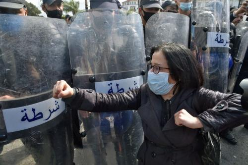 Mulheres argelinas entoam palavras de ordem durante protesto contra o governo na capital Argel, em 8 de março de 2021 [Ryad Kramdi/AFP via Getty Images]