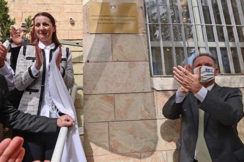 O Embaixador da República do Kosovo, Ines Demiri (esq.) e Gil Haskel, chefe do protocolo do Ministério das Relações Exteriores de Israel, revelam a placa durante uma cerimônia oficial para a abertura da Embaixada do Kosovo em Jerusalém em 15 de março de 2021. [Emmaniel Dunand/ AFP via Getty Images]
