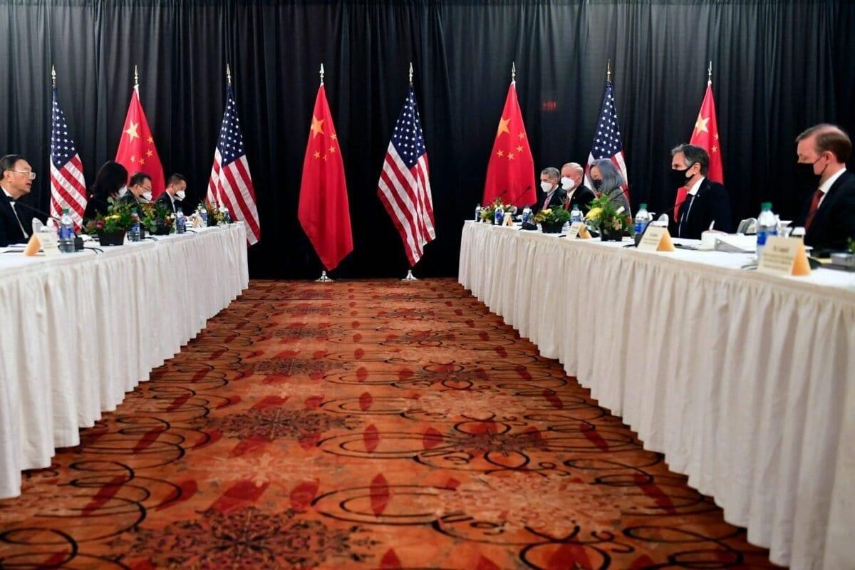 O secretário de Estado dos EUA, Antony Blinken (2º dir.), acompanhado pelo Conselheiro de Segurança Nacional Jake Sullivan (dir.), discutem com Yang Jiechi (2º esq.), diretor do Gabinete da Comissão Central de Relações Exteriores, e Wang Yi (esq.), ministro de Relações Exteriores na sessão de abertura das negociações EUA-China no Captain Cook Hotel em Anchorage, Alasca, em 18 de março de 2021.(Frederic J. Brown/ POOL / AFP via Getty Images)