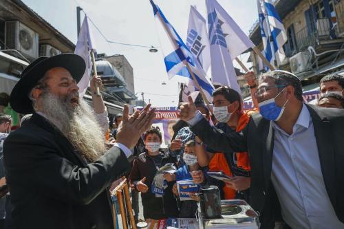 Itamar Ben Gvir (à direita) — chefe do partido de extrema-direita Poder Judeu (Otzma Yehudit) e candidato ao parlamento pela coligação Sionismo Judaico — em campanha eleitoral no mercado de Mahane Yehuda, em Jerusalém, 19 de março de 2021 [Emmanuel Dunand/AFP via Getty Images]
