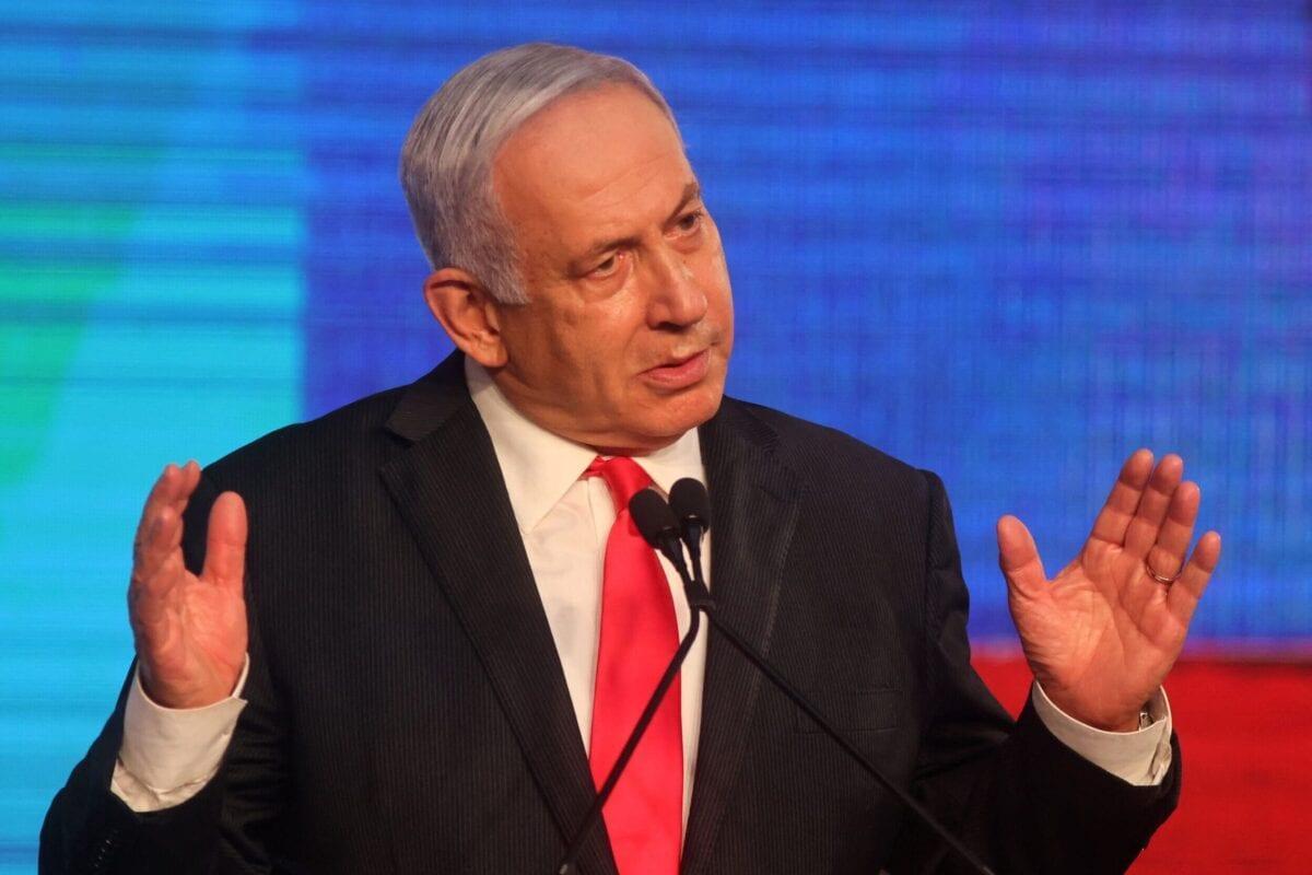 Primeiro-Ministro de Israel Benjamin Netanyahu, líder do partido Likud, discursa a apoiadores na sede de sua campanha em Jerusalém, 24 de março de 2021 [Emmanuel Dunand/AFP via Getty Images]