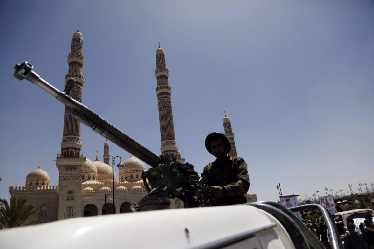 Forças houthis montam guarda durante funeral de combatentes mortos em confronto com tropas do governo sobre o controle da região de Marib, rica em petróleo, em Sanaa, capital do Iêmen, 27 de março de 2021 [Mohammed Hamoud/Getty Images]