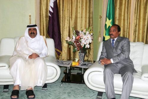 Presidente da Mauritânia, Mohamed Ould Abdel Aziz (R) com o xeque Hamed Bin Khalifa Al Thani, Emir do Estado do Quatar em Nouakchott em 5 de janeiro de 2012 [Ahmed Elhadj/ AFP via Getty Images]
