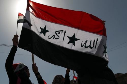 Bandeira iraquiana utilizada durante o regime do partido Baath, sob o ex-ditador Saddam Hussein [Mohammed Huwais/AFP via Getty Images]