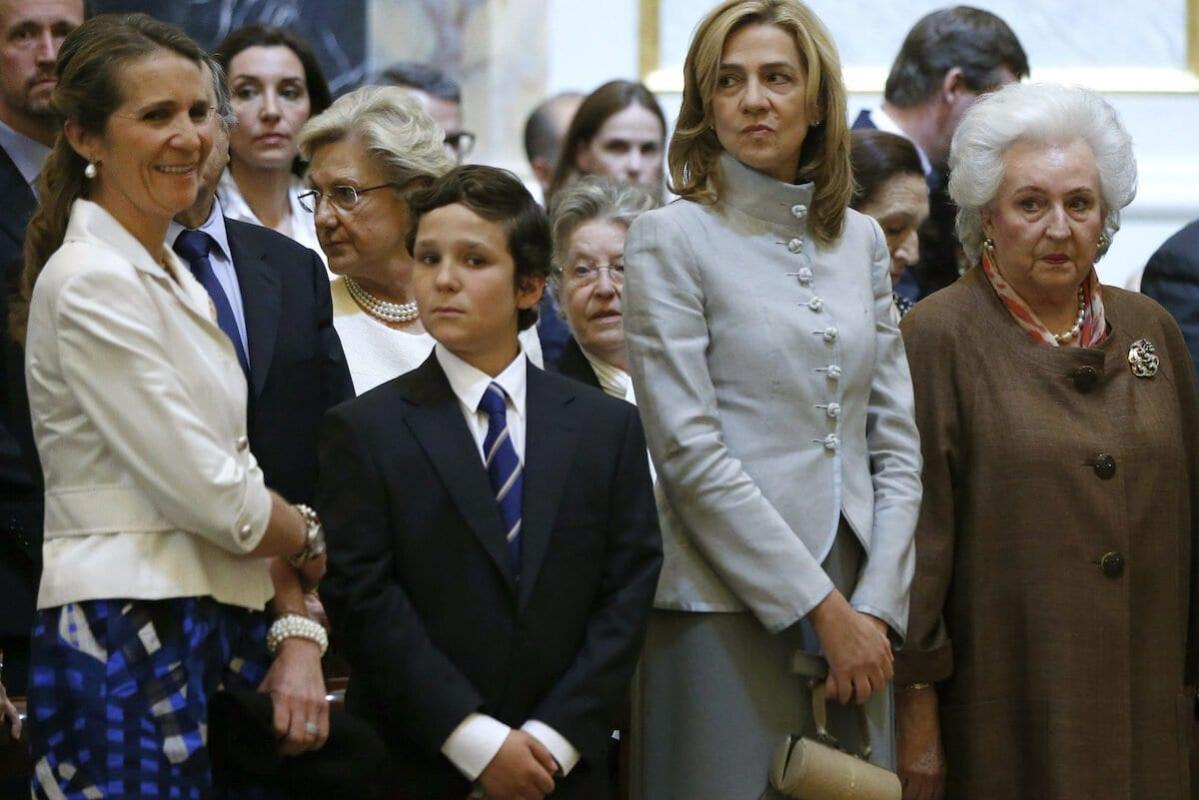 Da esquerda para a direita: princesa Elena da Espanha; seu filho Juan Froilán; princesa Cristina; e Pilar de Borbón, irmã do então monarca espanhol Juan Carlos I, durante missa para celebrar o centenário do nascimento de Dom Juan de Borbón, na capela do Palácio Real em Madri, Espanha, em 20 de junho de 2013 [Juan Carlos Hidalgo/AFP via Getty Images]