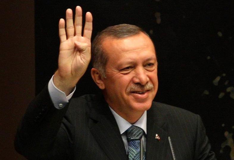 O primeiro-ministro da Turquia, Tayyip Erdogan, faz uma saudação a Rabaa enquanto discursa durante uma reunião na sede do Partido da Justiça e do Desenvolvimento (AKP) em Ancara, em 20 de agosto de 2013. [Adem Altan/ AFP via Getty Images]