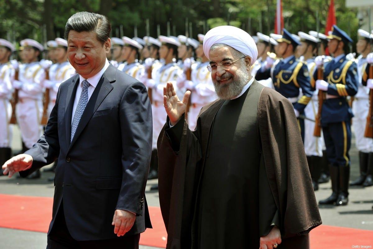 O presidente iraniano Hassan Rouhani (direita) e o presidente da China, Xi Jinping, em uma cerimônia de boas-vindas na Xijiao State Guesthouse, em Xangai, em 22 de maio de 2014 [Kenzaburo Fukuhara/AFP via Getty Images]