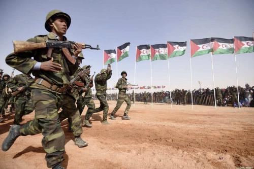 Membros do desfile do Exército de Libertação do Povo Sahrawi durante cerimônia para marcar 40 anos após a Frente proclamar a República Árabe Democrática Sahrawi (RASD, na sigla em inglês) no disputado território do Saara Ocidental, em 27 de fevereiro de 2016. [Farouk Batiche/AFP via Getty Images]