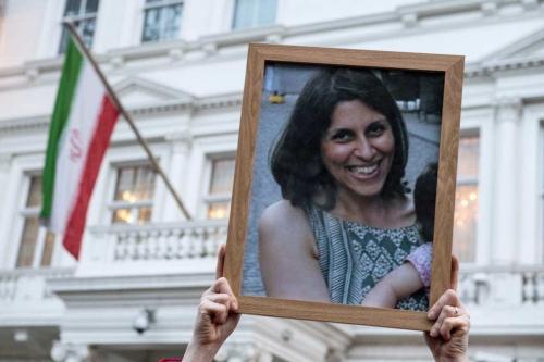 Apoiadores seguram uma foto de Nazanin Zaghari-Ratcliffe durante uma vigília pela mãe britânico-iraniana presa em Teerã em frente à Embaixada do Irã, em 16 de janeiro de 2017 em Londres, Reino Unido. [Chris J Ratcliffe/Getty Images]