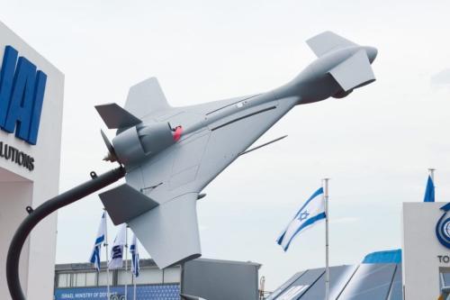Aeronave Harop UAV, projetada pela Indústria Aeroespacial de Israel (IAI) para conduzir ataques do tipo 'kamikaze', na Exibição Aérea de Paris, França, 19 de junho de 2013 [Julia Herzog/Wikimedia]