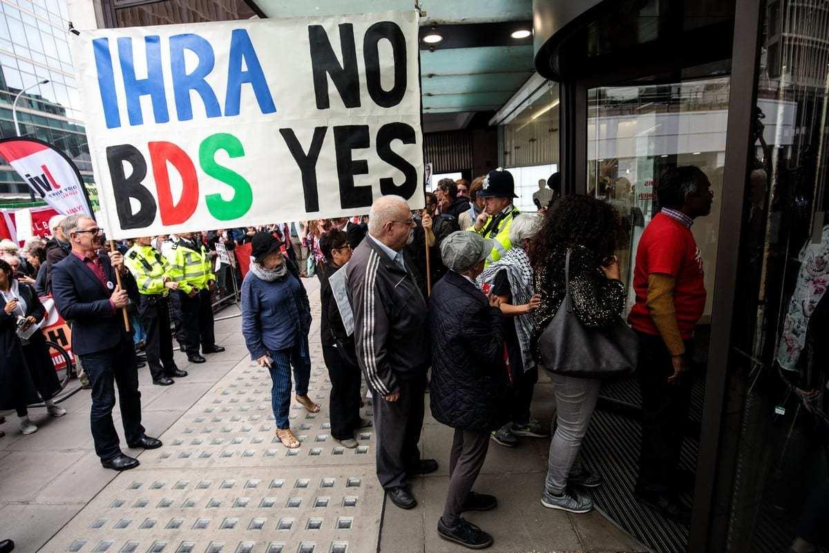 Protesto contra a definição de antissemitismo da International Holocaust Remembrance Alliance (IHRA) em Londres, Reino Unido, em 4 de setembro de 2018. [Jack Taylor/Getty Images]