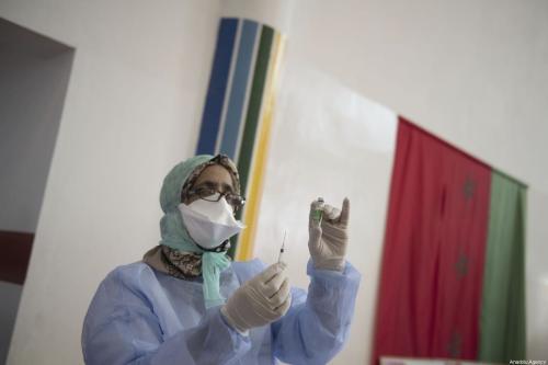 Enfermeira administra a vacina contra o covid-19 em idosos no Centro de Saúde de Sidi Fateh, em Rabat, Marrocos, 29 de janeiro de 2021 [Jalal Morchidi/Agência Anadolu]
