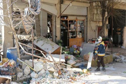 Uma vista das casas e locais de trabalho danificados após um ataque de artilharia pelo regime de Assad em Idlib, Síria, em 11 de fevereiro de 2021. [Ahmet Hatib/Anadolu Agency]