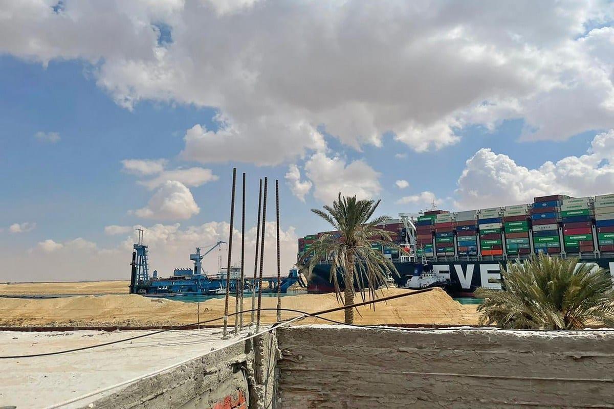 Draga especializada Mashoor auxilia nas operações para desencalhar o navio Ever Given no Canal de Suez, Egito, 26 de março de 2021 [Bloomberg/Getty Images]