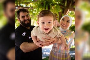 Em comemoração pela vida, Mariam Chami, Mahmmud Mashni e o filho Abdul, carinhosamente conhecido como Bubudi [Foto reprodução Instagram]