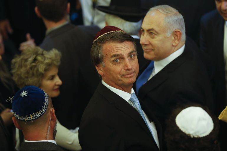 O presidente eleito, Jair Bolsonaro, e o primeiro-ministro de Israel, Benjamin Netanyahu, visitam a sinagoga Kehilat Yaacov, em Copacabana, no Rio de Janeiro [Foto Fernando Frazão/ Agência Brasil]
