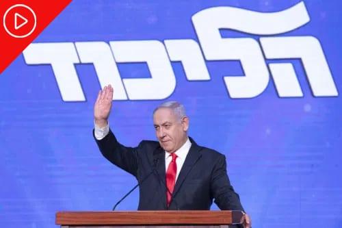 Primeiro-Ministro de Israel Benjamin Netanyahu acena a apoiadores durante evento em Jerusalém, 24 de março de 2021 [Kobi Wolf/Bloomberg via Getty Image]