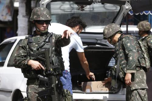 Exército faz operação no Complexo da Maré, zona norte do Rio de Janeiro, em 13 de dezembro de 2017 [Tomaz Silva/Agência Brasil]