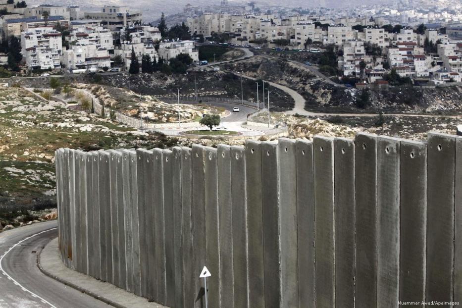 Vista de um campo de refugiados palestinos atrás do muro do apartheid de Israel em Jerusalém Oriental, em 3 de dezembro de 2014 [Muammar Awad/Apaimages]