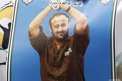 Cartaz com retrato de Marwan Barghouti, líder aprisionado do Fatah, durante protesto em 14 de abril de 2015 [Shadi Hatem/Apaimages]