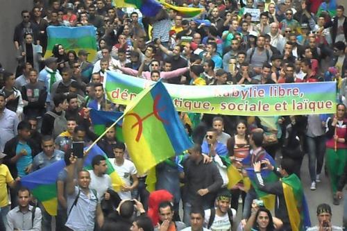 Centenas de pessoas se reúnem para comemorar o aniversário da Primavera Berbere em 20 de abril de 2015. [Menouar Yanes/Youtube]
