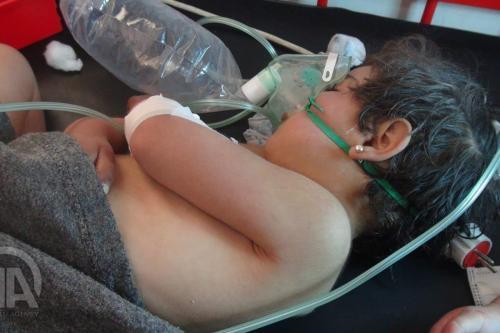 Uma criança síria recebe tratamento após ataque químico do regime de Assad em Idlib, Síria, em 4 de abril de 2017