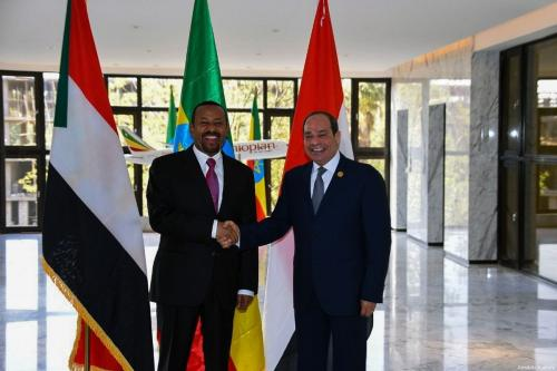 Primeiro-Ministro da Etiópia Abiy Ahmed (à esquerda) e Presidente do Egito Abdel Fattah el-Sisi participam de cúpula tripartite – junto do Presidente do Sudão Omar al Bashir – sobre a Grande Represa do Renascimento na bacia hidrográfica do Nilo, na capital etíope Addis Ababa, em 10 de fevereiro de 2019 [Presidência do Egito/Agência Anadolu]