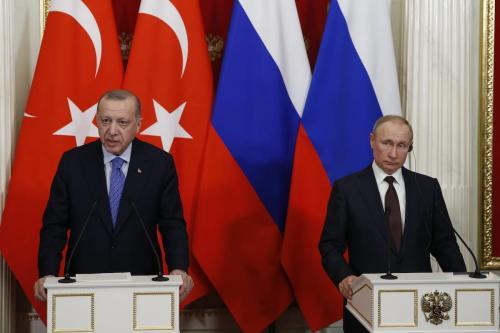 O presidente da Turquia, Recep Tayyip Erdogan (esq.), faz um discurso durante uma coletiva de imprensa conjunta com o presidente da Rússia, Vladimir Putin (dir.), em Moscou, Rússia, em 5 de março de 2020. [Sefa Karacan/Agência Anadolu]