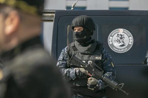 Policiais tunisianos em 28 de março de 2020. [Yassine Gaidi/Agência Anadolu]
